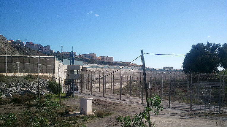 Der Grenzzaun von Ceuta; © Xemenendura, Wikimedia, CC BY-SA 3.0