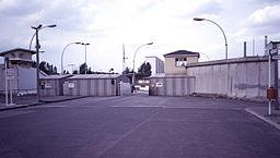 Ein Grenzübergang in Berlin; ©  Roehrensee, Wikimedia, CC BY-SA 3.0