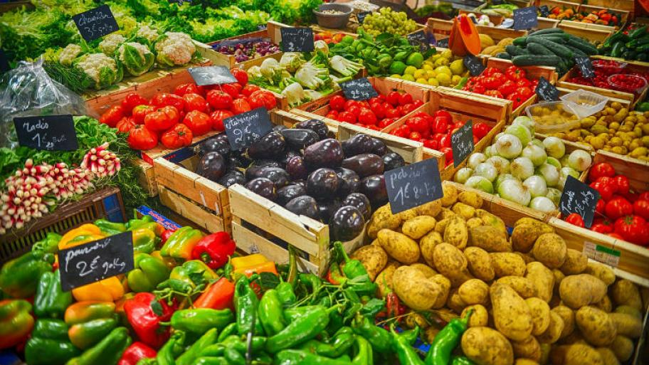 94f56014852aaf Gemüsestand mit verschiedenem Gemüse